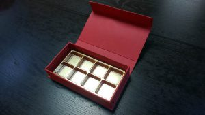Cutie rigida cu magnet pentru praline/bomboane